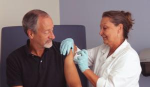 Chorobowe na dzialanosci gospodarczej - pan przyjmujacy szczepionkę